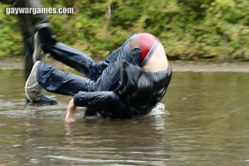 lecher les couilles salope maillot de bain