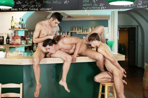 homo sous la douche gay metis