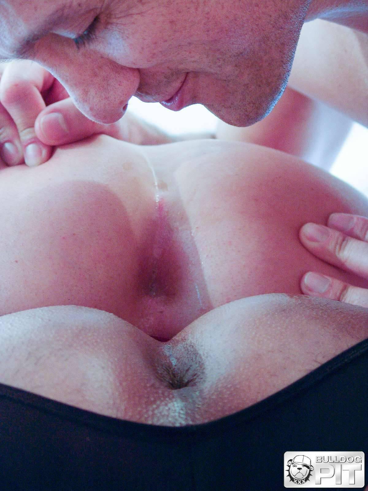 Deux gars costauds se sucent et baisent - Video Gay Muscles